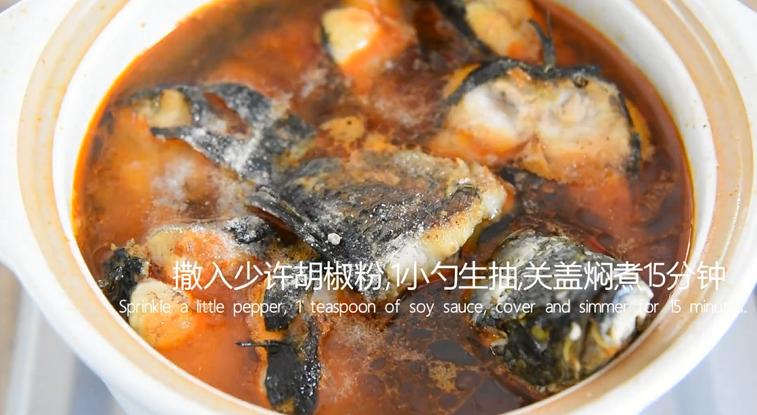 饭店绝对吃不到,这样做鱼肉超级美味下饭!,撒入少许胡椒粉,1小勺老抽,关盖焖煮15分钟