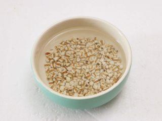 莲子百合银耳羹,薏米提前用清水浸泡半小时