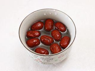 莲子百合银耳羹, 红枣用水浸泡片刻
