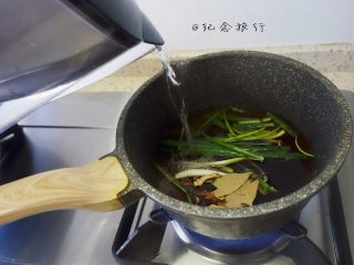 牛肉面這樣做好吃又方便,老抽2大勺、生抽兩大勺、料酒1勺、紅糖一小勺、蔥一捆倒上適量水