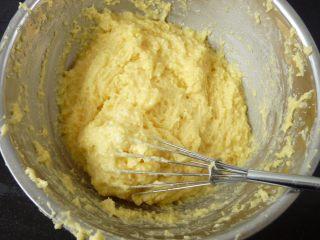 酸奶水果泡芙,蛋液分几次加入