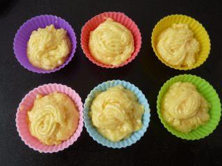 酸奶水果泡芙,把面糊挤入蛋糕模内