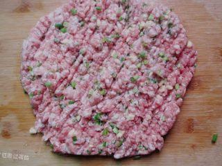 肉丸冬瓜汤—夏日清爽靓汤,最好用3肥7瘦的猪肉,用刀使劲剁,最好把葱姜和猪肉剁在一起