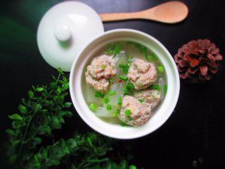 肉丸冬瓜汤—夏日清爽靓汤,起锅的时候,调入少许胡椒粉和盐。撒入预留的葱末,一款清爽的靓汤就大功告成了。