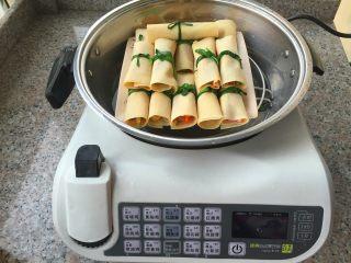 豆腐卷,放在蒸锅上。