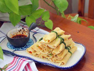 豆腐卷,用辣椒油、生抽、醋,调成蘸料。