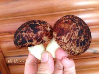 仿真蘑菇包,最后蘑菇底下戳个洞把柄插入即可