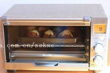 培根烤香菇,预热完成后,烤箱会发出提醒声,并且LCD屏开始显示倒计时时间,将材料放进去,烤到奶酪熔化即可