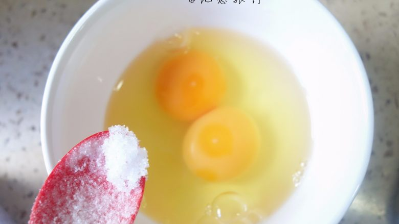 简简单单一碗番茄面,两个<a style='color:red;display:inline-block;' href='/shicai/ 9'>鸡蛋</a>加入一点点盐一小勺水打散备用