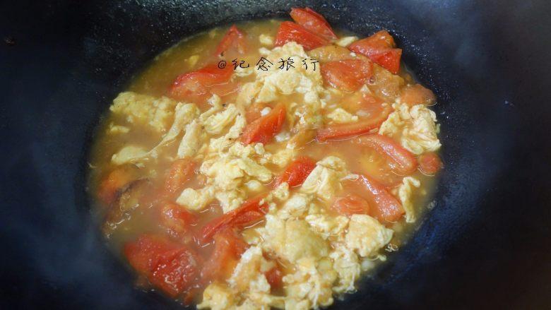 简简单单一碗番茄面,放入刚才炒好的鸡蛋,煮一分钟即可
