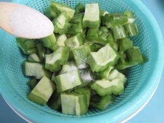 苦瓜排骨汤,取适量的盐腌渍15分钟(目的是为了去除苦味)