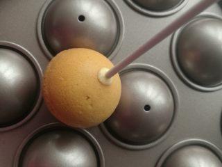 萌萌哒动物棒棒糖蛋糕,拿纸棒沾取一点巧克力后插入圆球蛋糕体