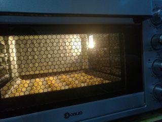 淡奶油曲奇,送入预热好的烤箱,以上下火175度烘烤20分钟至金黄色即可(时间温度仅供参考)