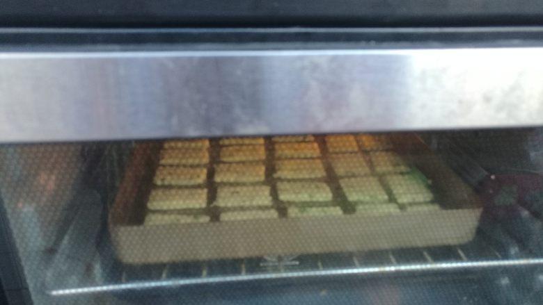 棉花糖加薪苏打饼干,烤盘放入预热好的烤箱,开热风循环(没有可不开),上下火180度烘烤12——15分钟。