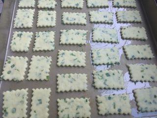 棉花糖加薪苏打饼干,摆放在刷过色拉油的烤盘中,用餐叉叉上一些小孔(图片忘记叉小孔),静置约10分钟。烤箱预热上下火180度10分钟。
