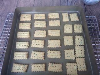棉花糖加薪苏打饼干,烤好出炉,烤网晾凉。