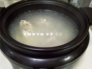 山药排骨汤,调入适量盐,搅拌均匀;