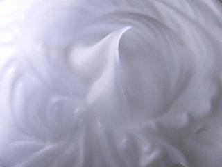 日式棉花蛋糕,蛋白中加入几滴柠檬汁,糖分三次加入到蛋白中,将蛋白大发至是湿性发泡的状态。即提起打蛋器有小弯钩状。