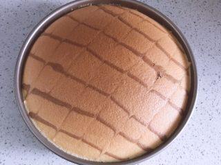 日式棉花蛋糕,放入预热好的烤箱,水浴法,170度10分钟后转150度继续烤40分钟左右。出炉冷却后脱模,切块即可食用