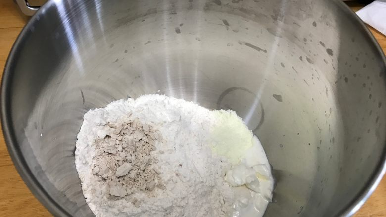 胚芽金枪鱼包,加入主面团其他的材料(注意液种面团取250g,不是全部都放进去)