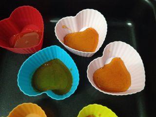 焦糖布丁,趁熱把煮好的焦糖倒入模具,在底部鋪有一層即可。(焦糖冷卻后會硬化,所以一定要趁熱的時候操作,我用的硅膠蛋糕模,如果是布丁模,模具四周要涂黃油