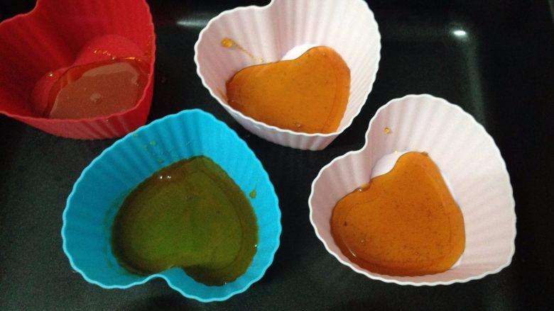 焦糖布丁,趁热把煮好的焦糖倒入模具,在底部铺有一层即可。(焦糖冷却后会硬化,所以一定要趁热的时候操作,我用的硅胶蛋糕模,如果是布丁模,模具四周要涂黄油