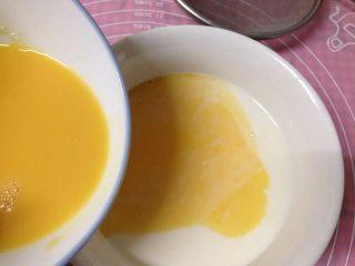 焦糖布丁,把蛋液倒入牛奶中,加入香草精(2、3滴就行)
