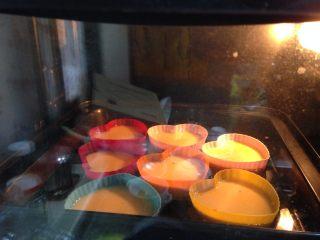 焦糖布丁,然后把烤盤放入預熱好的烤箱、中層,下火170度,上火160度,烤35-45分鐘左右