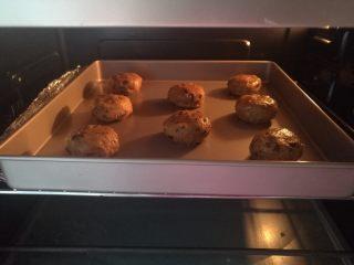 海盐巧克力软曲奇,烤箱中层,上下火,170度大约12分钟左右(时间和温度请根据自己烤箱实际调整)面团在烘烤过程中会自己摊开成圆饼状,边缘上色即可