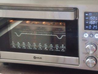 蓝莓爆浆麦芬蛋糕,放入提前预热的烤箱150度28分钟,烤至表面金黄即可。