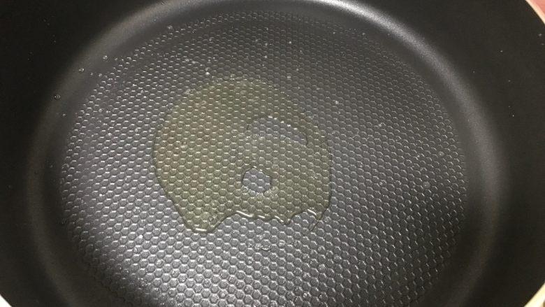 金针菇鸡翅煲,锅烧热倒入适量的油。