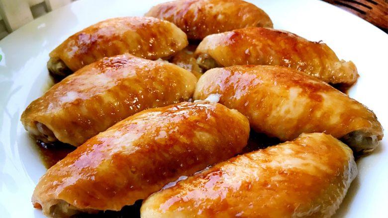 金针菇鸡翅煲,将煎好的鸡翅取出装盘备用,其实现在吃也是可以的。