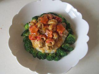 小龙虾盖浇饭,将制作好的小龙虾连汁一起浇淋在米饭上;