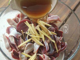 蒜薹炒鸡胗,姜切成丝放入鸡胗内,倒入2大匙料酒;
