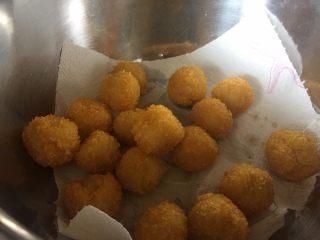让你欲罢不能的欢乐土豆球,放入铺好厨房纸的盆中,吸取多余的油分;