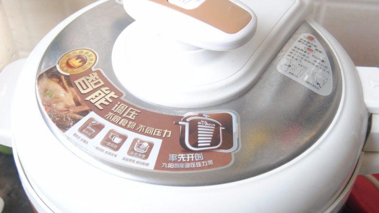 莲藕猪蹄汤,盖上高压锅盖,用煲汤键