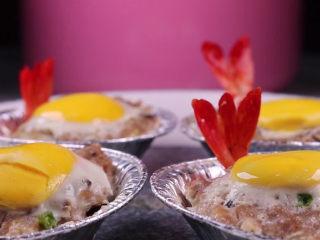 往虾里打入一颗蛋——虾扯蛋,锅上汽后,蒸个10分钟左右就可以出锅啦。