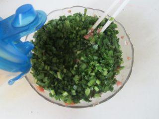 韭菜三鲜饺子,将切好的韭菜放入肉馅中, 加入少许油顺着一个方向拌均匀;