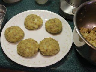 可乐饼,取适量的马铃薯馅做成适当大小椭圆饼状