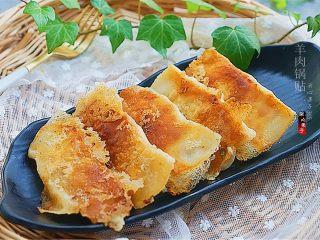 羊肉煎饺,装盘,配上一碗面汤可以美美的早餐了