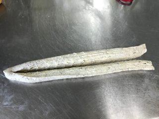 红茶奶酥 (山寨原麦山丘), 用剪刀将面卷剪成两半