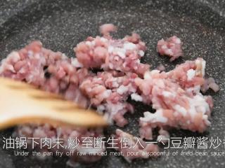 """这样做的""""红烧冬瓜""""好吃入味,一招取胜!,油锅下肉末,炒至断生倒入一勺豆瓣酱炒香"""