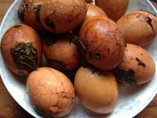 五香茶叶蛋,如图,这是关火后就那样泡着半天的,入味了。吃起来还不错