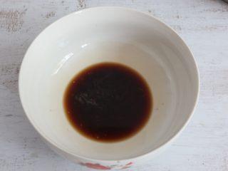 美味酸辣粉,取一碗,放入鸡精、生抽、盐、醋调成料汁。