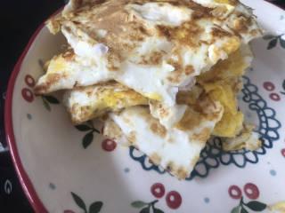 糖醋鸡蛋,将煎好的荷包蛋乘出备用。