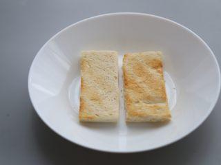 bruch之王 班尼迪克蛋,朝上一面涂上少许黄油,入烤箱烘烤3-5分钟。