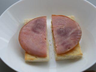 bruch之王 班尼迪克蛋,火腿对半切开,放在烤好的面包片上。
