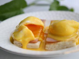 bruch之王 班尼迪克蛋,用餐刀切开,糖心就还会流出来,配上酸度刚刚好的荷兰汁,口感非常赞。