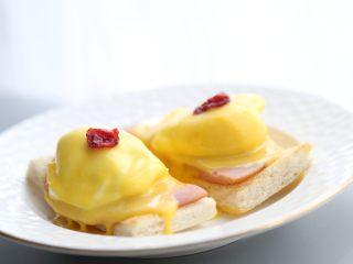 bruch之王 班尼迪克蛋,可以适当放上两颗蔓越莓装饰。