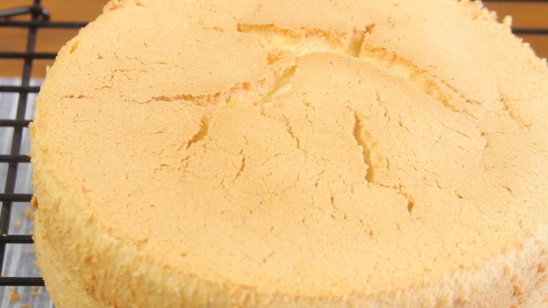百香果慕斯蛋糕,出炉后在灶台上30厘米高震模马上倒扣在晾网上放凉脱模。切两片小于6寸模具蛋糕片备用